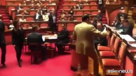 """Marcucci (Pd) consegna al ministro Toninelli la lista delle opere bloccate: """"Prendila, cretino"""""""