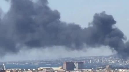 Castellammare, incendio in una fabbrica di vernici: nube nera sulla città