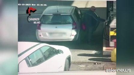 Terrore sul bus, il momento in cui l'autista riempie le taniche