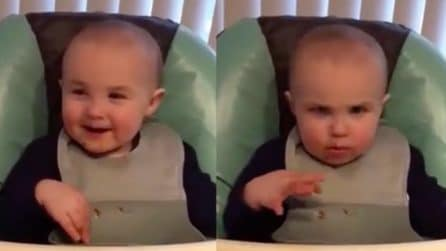 """""""Fai la faccia seria"""", la reazione del piccolo è da morire dal ridere"""