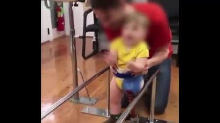 Primi passi con la protesi: il fisioterapista gioisce col suo piccolo paziente