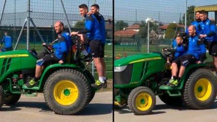Il trattore del Papu: Gomez porta a spasso i compagni di squadra dell'Atalanta