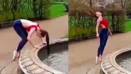 La ragazza bagna la sua coda nella fontana ma poi guardate cosa le accade