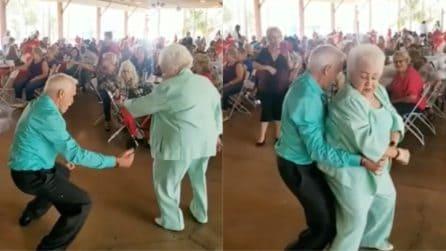 Parte la musica e la coppia si scatena: quando l'età non conta
