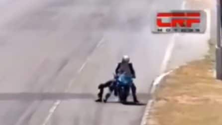 Superbike Costa Rica, salta sulla moto del rivale e lo prende a cazzotti