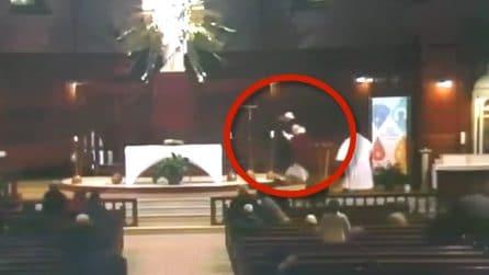 Sacerdote accoltellato durante la messa: le immagini choc