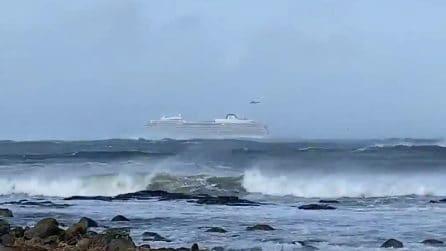 Nave in avaria tra vento e onde alte, 1300 passeggeri da evacuare: le immagini spaventose