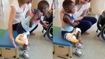 Prova le sue prime protesi: il momento difficile per il piccolo