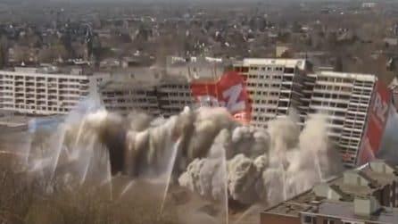 """Una demolizione """"spettacolare"""": l'edificio sparisce in pochi secondi"""