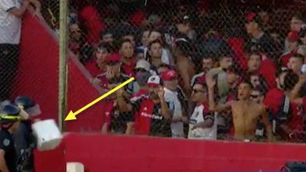 Tifosi violenti lanciano oggetti pesanti contro la polizia: vola anche una cassetta del gabinetto