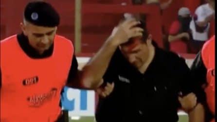 Scontri allo stadio: tifosi lanciano oggetti contro la polizia in Argentina