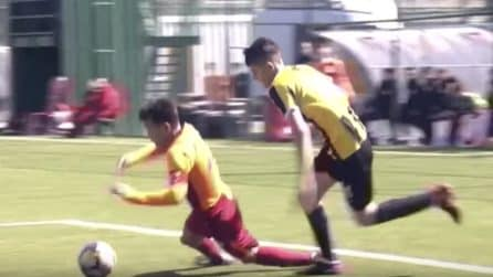 L'arbitro assegna un rigore inesistente: l'attaccante va sul dischetto e dà una lezione di sportività a tutti