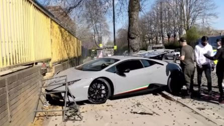Parte con una meravigliosa Lamborghini: ma perde il controllo in strada e distrugge un gioiello da 300 mila euro