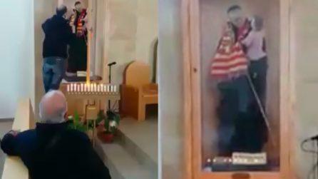Il parroco è tifosissimo: anche il santo in chiesa indossa la sciarpa