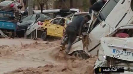 Arriva un improvviso fiume di fango e trascina via tutto: le immagini da brividi