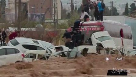 Alluvione spaventosa: auto trascinate via da un fiume di fango
