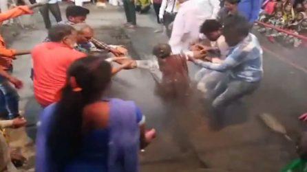 Donna cade sui carboni ardenti: la scena è da brividi