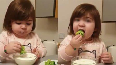Gusta i broccoli come se fossero patatine: la piccola è simpaticissima