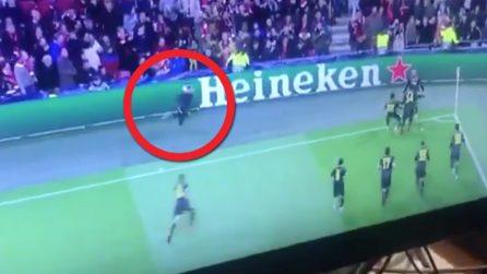 Ajax-Juve, Cristiano Ronaldo segna: un tifoso invade il campo per abbracciarlo