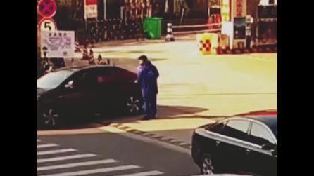 Si ferma con l'auto alla stazione di servizio, la scena è assurda