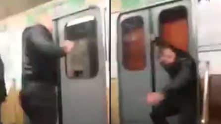 Sfonda la porta della metropolitana durante il viaggio: la scena a bordo è pazzesca
