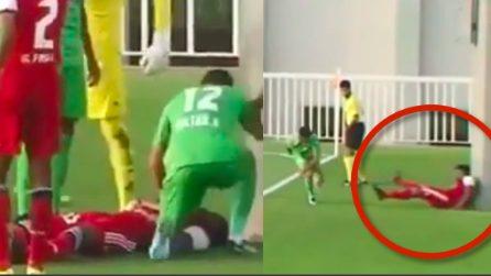 L'avversario lo sbatte contro il palo, calciatore batte la testa e sviene: le immagini choc