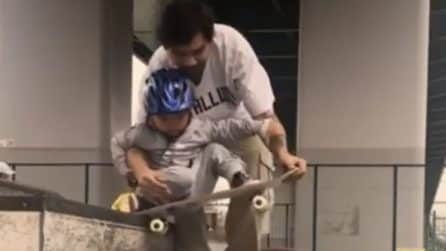 Il padre è tenerissimo: insegna al figlio come andare sullo skate