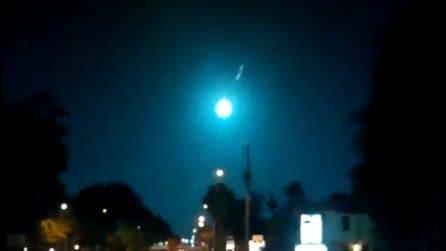 Palla di fuoco illumina il cielo notturno lasciando increduli i passanti