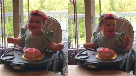 È il suo primo compleanno e tutti la festeggiano: la reazione della bimba riscalda il cuore