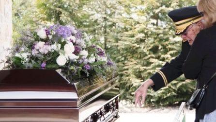 """""""Ti amo, so che non mi puoi sentire"""": dopo 69 anni dice addio all'amore della sua vita"""