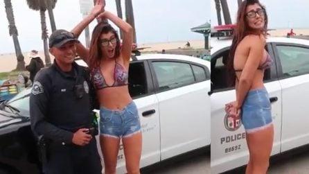 Cammina in strada ma non indossa il reggiseno e viene fermata dalla polzia