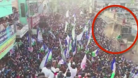 Crolla un muro sulla folla: due donne restano uccise