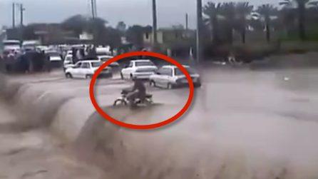 Motociclista inghiottito dall'inondazione: le immagini choc