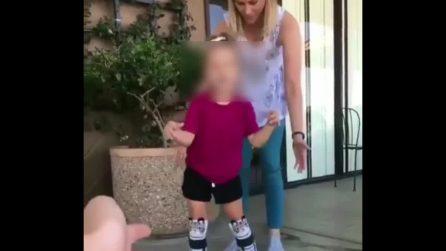 Deve raggiungere la sua mamma con le nuove protesi: la piccola è una vera guerriera