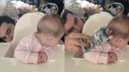 Non trova il suo papà e lo cerca: la scena è comica e dolcissima