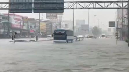 La strada è completamente allagata ma gli automobilisti decidono di proseguire