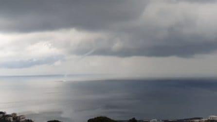 Tromba marina a largo di Capri: le spettacolari immagini