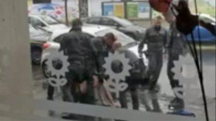 Milano, minaccia i passanti con una spada e si scaglia contro i finanzieri con un coltello
