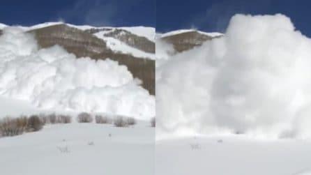 Sta filmando l'enorme valanga e viene travolto: paura per il fotografo