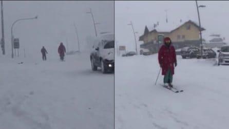 Si scia in piena primavera: la scena assurda fuori le piste