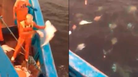 Le conseguenze della pesca intensiva: pesci morti rigettati in mare