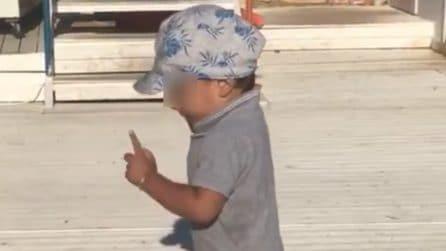 Parte la musica e il piccolo si scatena: il suo ballo è contagioso