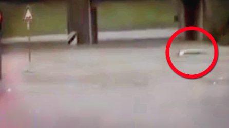 Padre e figlio bloccati in auto nel sottopasso allagato: poliziotti gli salvano la vita
