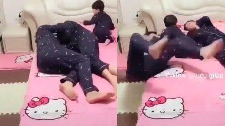 Papà abbraccia mamma, il bimbo geloso lo butta dal letto