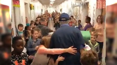 Il bidello della scuola elementare compie 80 anni. I bambini gli riservano una bellissima sorpresa