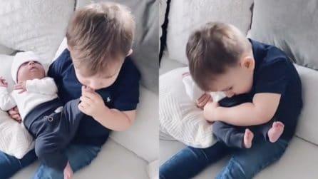 È troppo felice di avere un fratellino e lo coccola: un momento dolcissimo