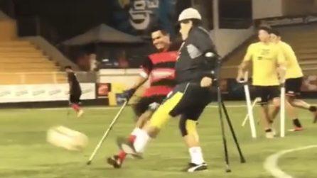 Maradona gioca a calcio in stampelle: l'argentino in campo con la selezione degli amputati