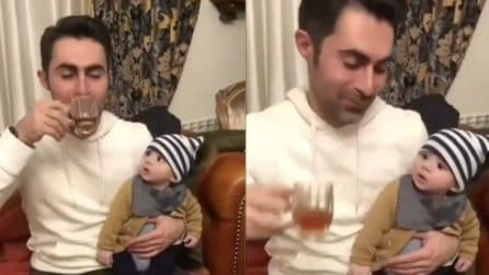 Il padre beve dalla tazzina: la reazione del figlio è tutta da ridere