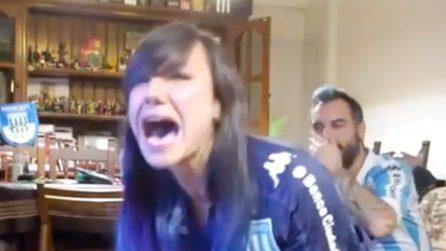 La squadra vince e la tifosa piange di gioia davanti alla tv