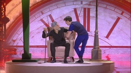 Vincenzo si esibisce nella seconda manche del serale di Amici del 6 aprile